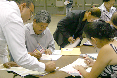 After citizenship ceremonies in Los Angeles, bilingual help is available to register new Americans to vote. (EGP Photo by Gloria Angelina Castillo)