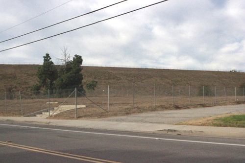 Monterey Park's proposed dog park would be located on the vacant lot, pictured, near the tennis courts at Garvey Ranch Park along Orange Ave. (EGP photo by Nancy Martinez)