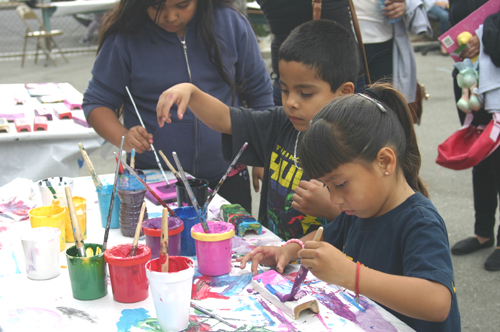 "Children at ""Green Friday"" convert recycled tiles into original paintings. (EGP photo by Jacquieline Garcia)"