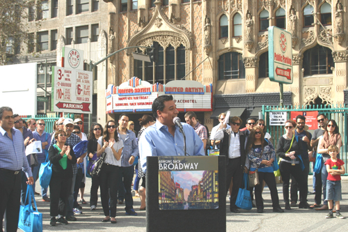 "Councilmember Jose Huizar welcomes hundreds of visitors to ""A Day on Broadway,"" a walking tour to learn about the history of the Broadway corridor in downtown L.A. (EGP photo by Jacqueline García)"