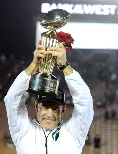 Michigan State Coach Mark Dantonio lifts the Rose Bowl Championship Trophy > high as his team beat the Stanford Cardinals 2-20 in the 100th Rose Bowl game. (EGP photo by Fred Zermeno)