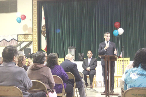 Los Angeles Mayor Eric Garcetti visits Lincoln Heights and responds to questions and concerns of residents. (EGP photo by Jacqueline García)