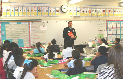 Navy Officer Gary Skags participated in the Read Across America program Friday at Brooklyn Elementary School. (EGP photo by Jacqueline García)
