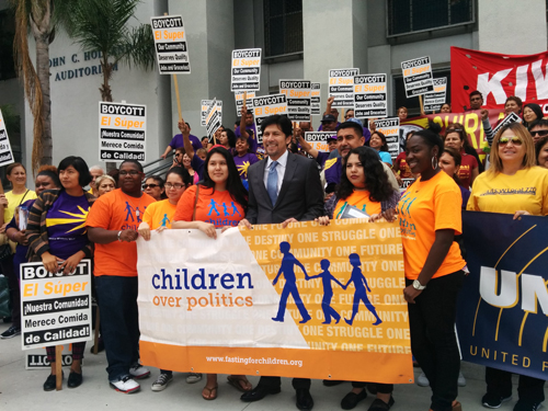 Senator Kevin de Leon (center) with workers after the town hall meeting in Franklin High School in support of SB 588. (EGP photo by Jacqueline Garcia)