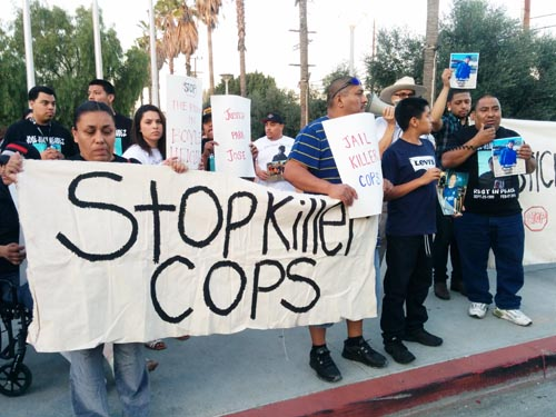 Josefina Rizo (left) and Juan Mendez (rigt) in front of the LAPD Hollenbeck Station demanding justice for their son. (EGP photo by Jacqueline Garcia)