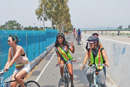Un grupo de biciclistas se pasean por las calles del sureste del Condado de Los Angeles. (Foto cortesía de East Yard Communities for Environmental Justice)